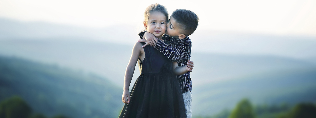 boy_and_girl_hugging_1280x480